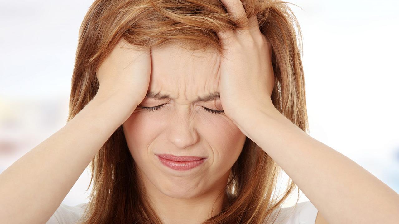 Mevrouw met hoofdpijn